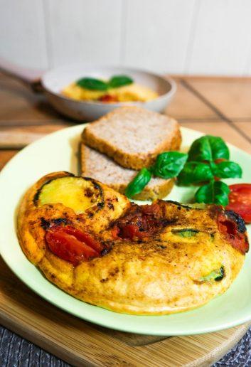 zapiekany omlet z cukinią i pomidorami